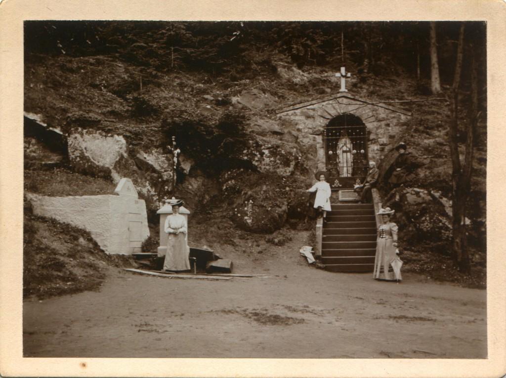 1918 ZAŠOVÁ Stračka, na schodech Karel a Františka Zrůnkovi, vpředu vpravo Ida Schwetzová (dcera Martina Billa)