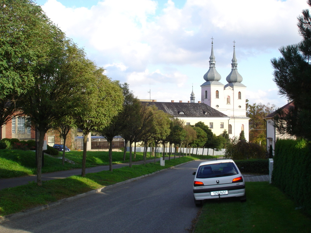 Pohled od hřbitova