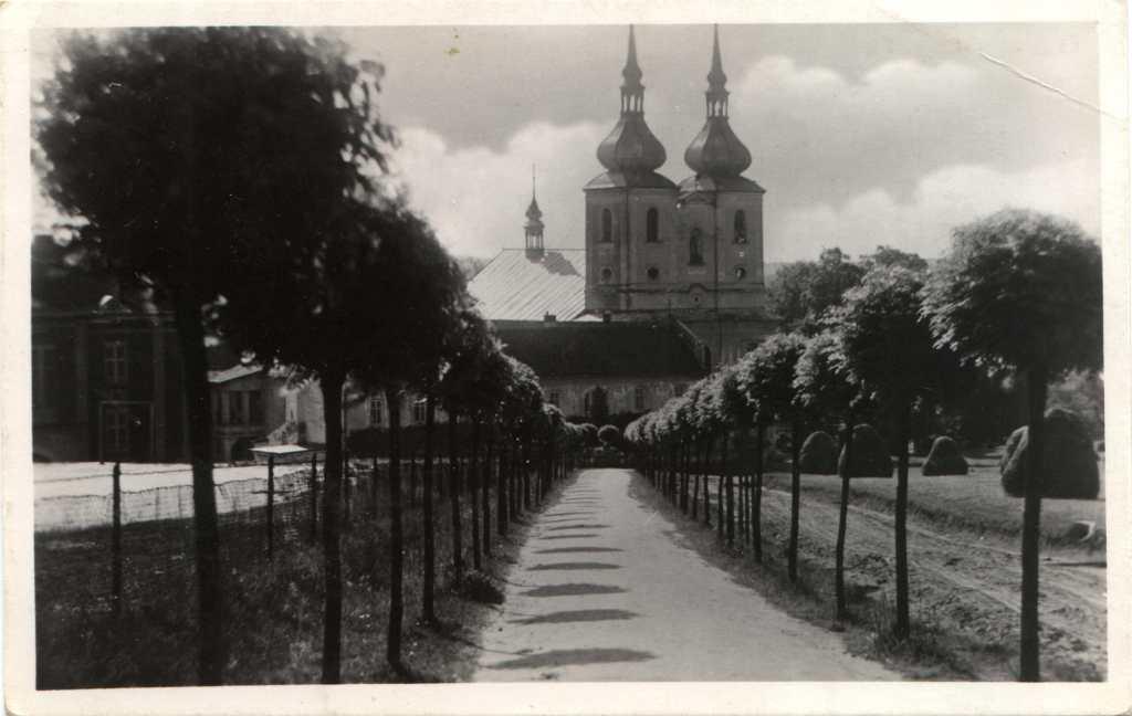 POHLEDNICE ZAŠOVÁ (nákladem A.Coufala) kostel, alej od hřbitova